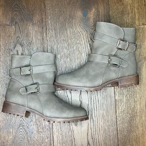 Girl's grey ankle boot